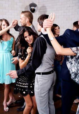 Tips para ligar a una mujer en una fiesta